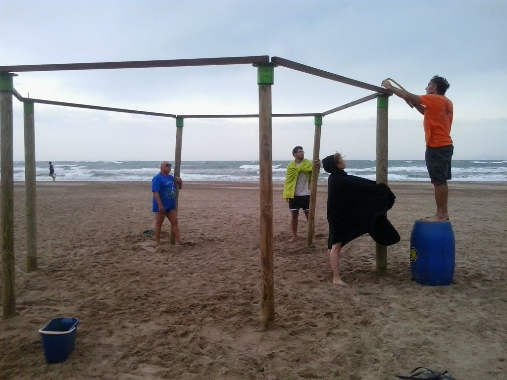 ya tenemos toldo en la playa - Como Hacer Un Toldo