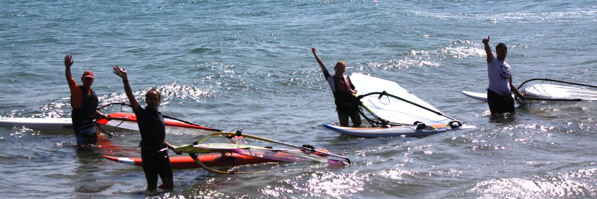 Windsurfistas saludando